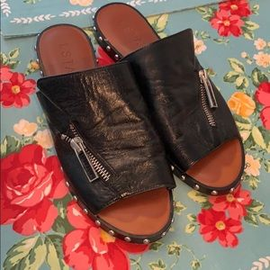 1.State Black leather sandals